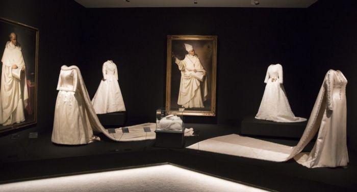 <br>Крайние слева - свадебное платье с меховой отделкой, которое Баленсиага сделал для королевы Бельгии Фабиолы в 1960 году, на фоне портретов Франсиско Сурбарана (1628-34).