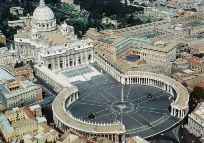Грандиозная площадь перед главным собором христианского мира — базиликой Святого Петра в Риме. \ Фото: blogspot.com.