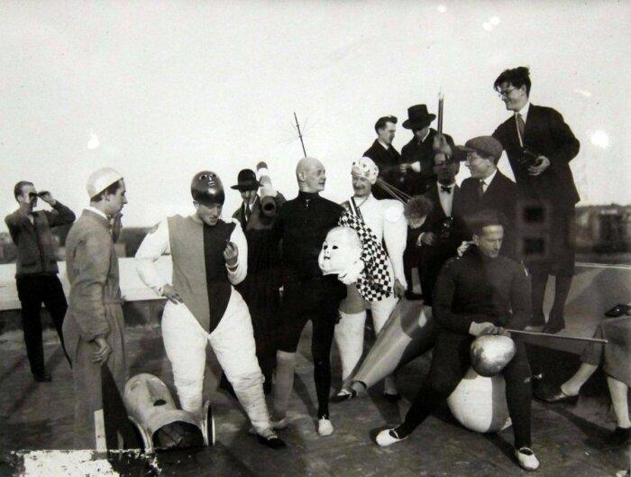 Театр был важной частью школьной программы - костюмы Баухауса в 1920-е годы. \ Фото: twitter.com.