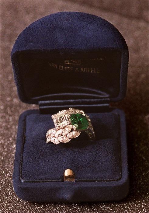 Обручальное кольцо Джеки Кеннеди с изумрудом и бриллиантами Van Cleef & Arpels. \ Фото: revistalofficiel.com.br.