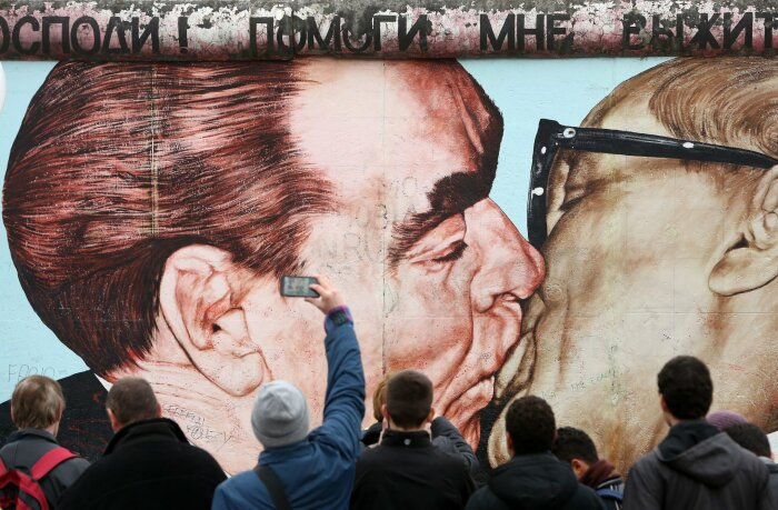 «Господи! Помоги мне выжить среди этой смертной любви». \ Фото: edition.cnn.com.