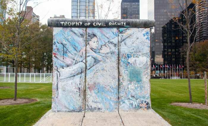 Фрагмент Берлинской стены, выставленный в Саду скульптур Организации Объединённых Наций. \ Фото: google.com.