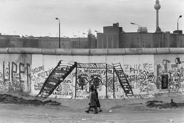 Граффити на Берлинской стене. \ Фото: laptrinhx.com.