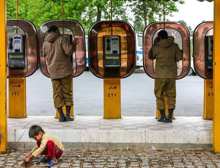 Телефонные будки в Тегеране. Автор фото: Бернард Руссо (Bernard Russo).