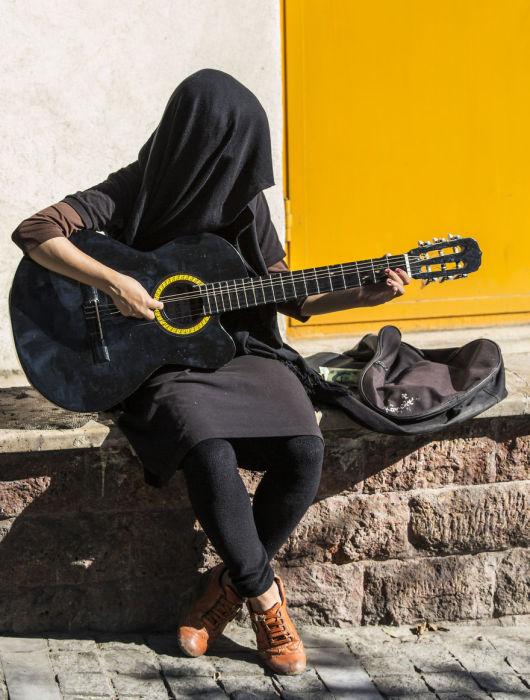Гитаристка в Тегеране. Автор фото: Бернард Руссо (Bernard Russo).