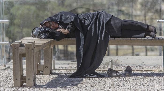 Усталость. Женщина задремала в Персеполе. Автор фото: Бернард Руссо (Bernard Russo).