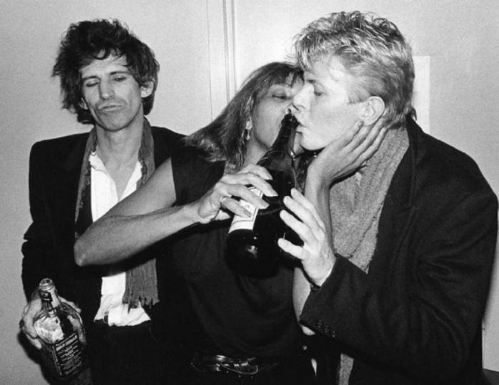 Кит Ричардз (Keith Richards), Тина Тернер (Tina Turner) и Дэвид Боуи (David Bowie), 1983 год. Автор фото: Bob Gruen.