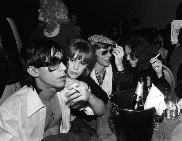 Игги Поп (Iggy Pop), Сиринда Фокс (Cyrinda Foxe), Дэвид Боуи (David Bowie) и Лиза Робинсон (Lisa Robinson), 1977 год. Автор фото: Bob Gruen.