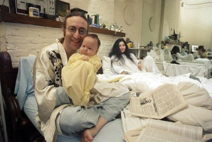 Джон Леннон (John Lennon), Йоко Оно (Yoko Ono) и Шон Леннон (Sean Lennon), 1975 год. Автор фото: Bob Gruen.