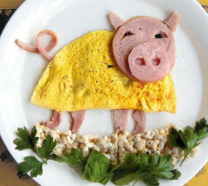 Аппетитный поросёнок — омлет с молоком, варёная колбаса и перловая каша.
