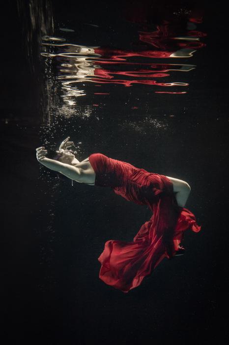 Девушка в красном. Автор фото: Брэтт Стэнли (Brett Stanley).