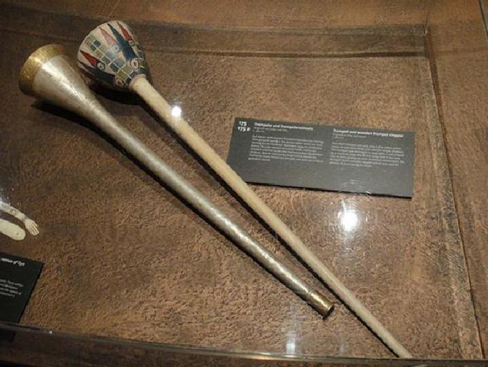 Пример египетской серебряной трубы. Выставка «Тутанхамон: его могила и его сокровища» в Кёльне. \ Фото: ancient-origins.net.