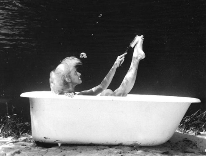 Принимая ванну.  Автор работ: Брюс Мозерт (Bruce Mozert).