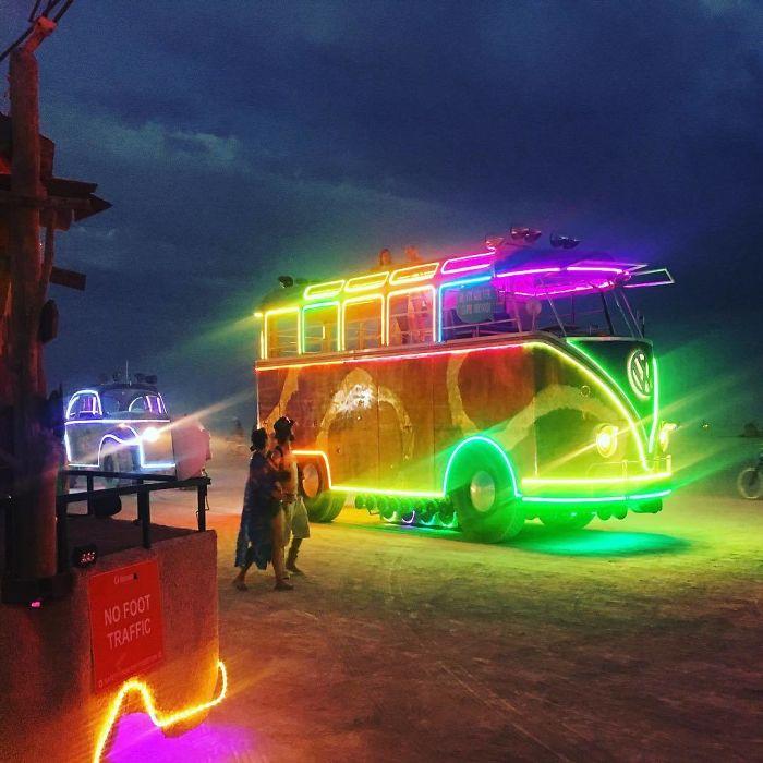 Радужный автобус.