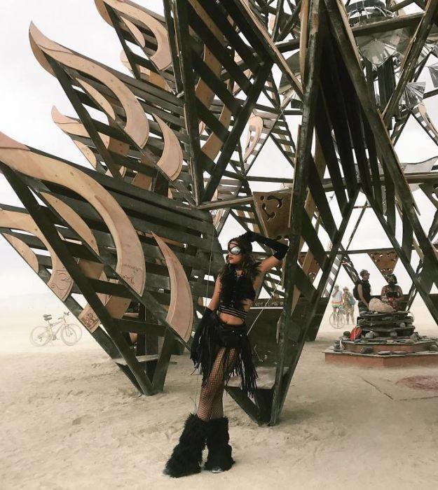 Одна из участниц фестиваля Burning Man 2017.