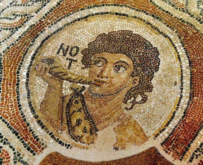 Мозаичный пол с изображением Южного ветра, дующего в раковину, 1-я половина V века. \ Фото: icbss.org.