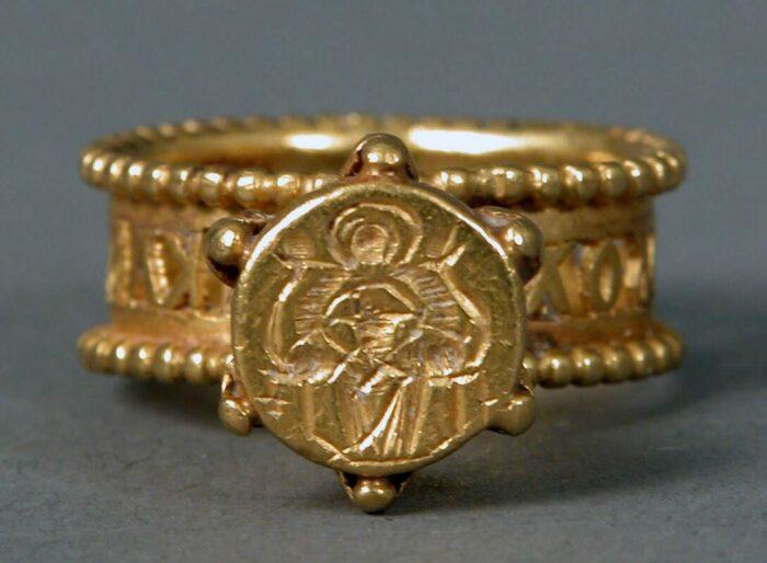 Золотое кольцо с изображением Девы Марии и Младенца, VI-VII век. \ Фото: google.com.