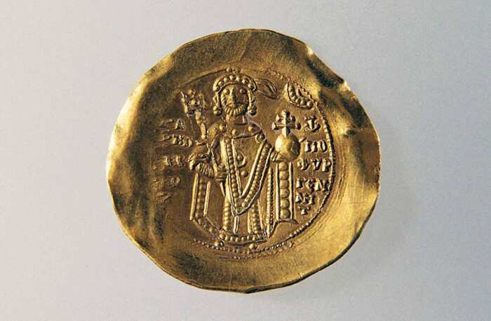 Золотая монета с изображением Мануила I Комнина на оборотной стороне, 1164-67 гг. \ Фото: yandex.ru.