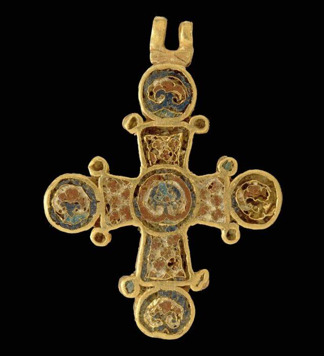 Золотой крест с эмалевыми деталями, ок. 1100 года. \ Фото: pinterest.com.