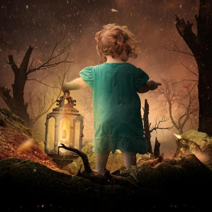 Девочка с фонариком. Фотохудожник  Караш Йонуц (Caras Ionut).