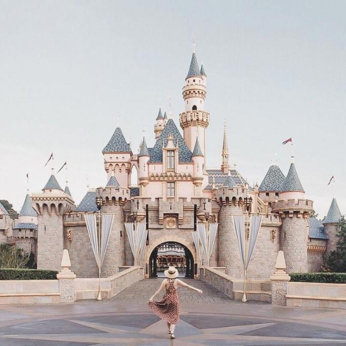 Через день девушка разместила эту волшебную фотографию самой себя перед замком Спящей красавицы. И люди поверили.