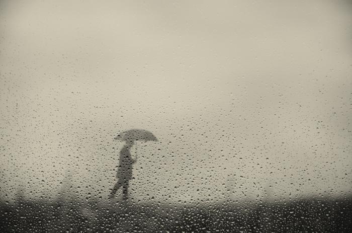 Дождь. Блестящий фотопроект о таинственном одиноком человеке. Автор фото: Сезар Блэй (Cesar Blay).