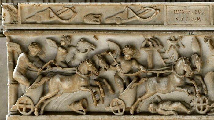 Фрагмент: Саркофаг с изображением гонок на колесницах, ок. 130-192 гг. н. э. \ Фото: ancientrome.ru.