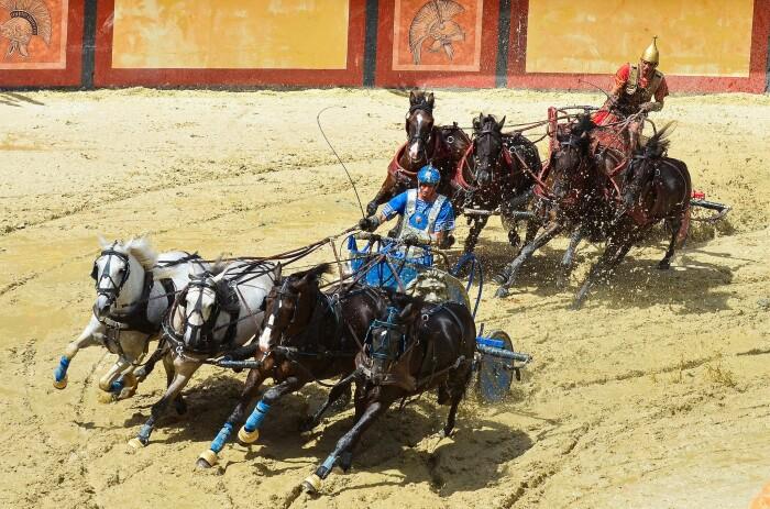 Зрелищные гонки на колесницах. \ Фото: wordpress.com.