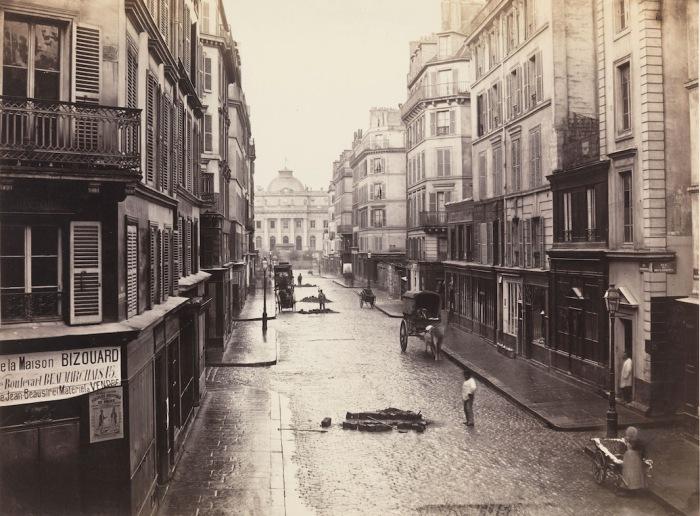 Улица Рю де Константин (Rue de Constantine) до начала реконструкции, 1866 г. Автор фото: Charles Marville.