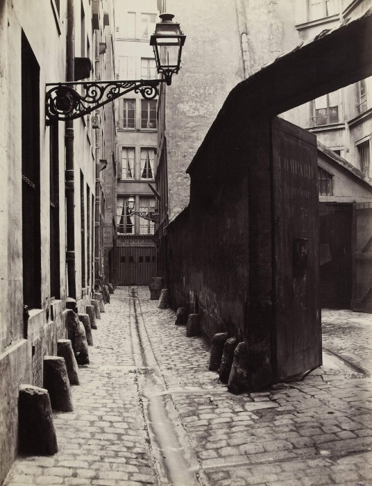 Улочка Rue Montorgeuil, предназначенная под снос, 1865–68 гг. Автор фото: Charles Marville.