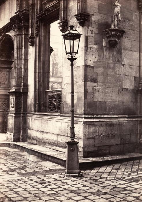 Фонарный столб, вход в Школу изящных искусств, 1870 г. Автор фото: Charles Marville.