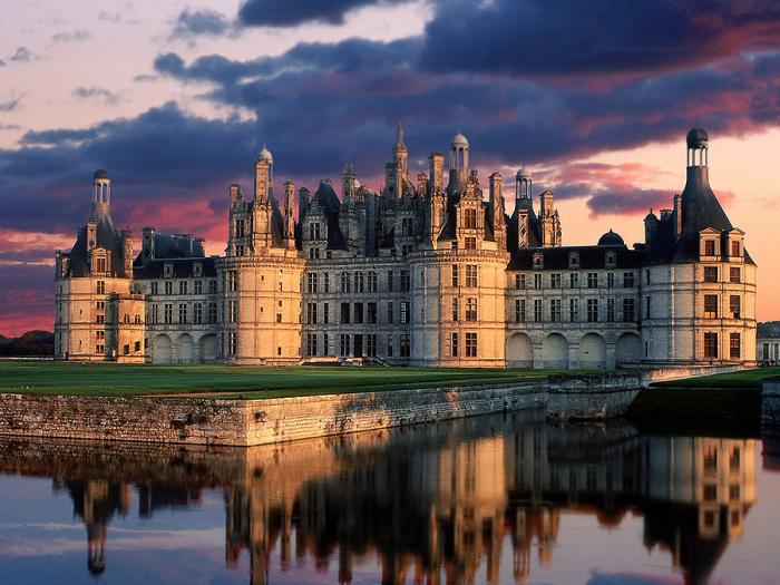Замок Шамбор на закате дня. Франция.