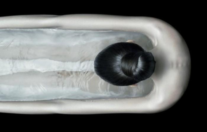 Девушка- ванна, или все же девушка в ванной, наполненной водой? Сюрреалистические работы от Christophe Gilbert.