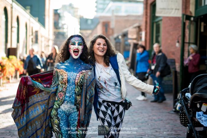 Фестиваль боди-арта Circus North. Торонто. Визажист и её творение. Автор фото: Брайан Саймон.