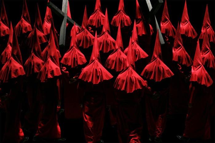 Тайное общество. Оттенки красного. Автор фото-постановок: Клаудия Рогге (Claudia Rogge).