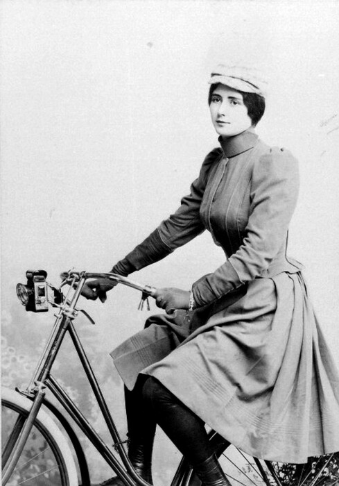Клео де Мерод едет на велосипеде, 1890-е годы. \ Фото: tumblr.com.