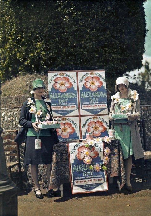 Девушки, продающие бумажные цветы в рамках благотворительной акции в День Александры, Сифорд, Восточный Сассекс.