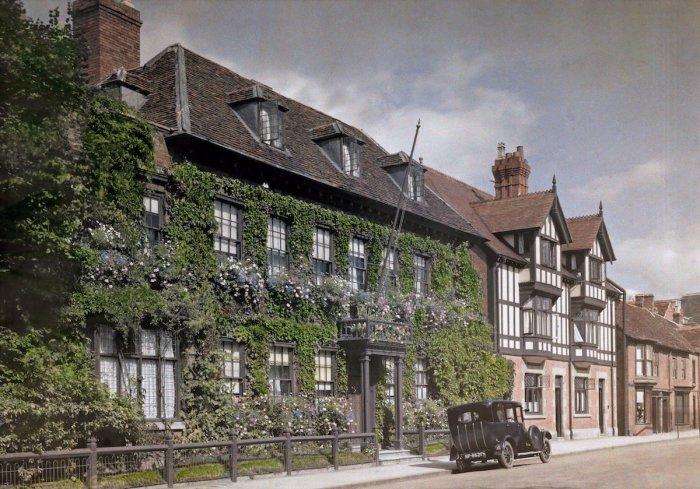 Дом с виноградными лозами на улице города Стратфорд-апон-Эйвон в графстве Уорикшир.