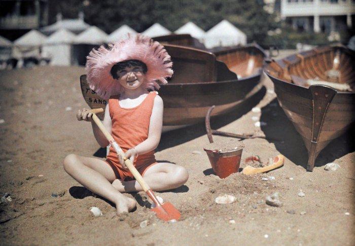Девочка играет в песке в Сандауне, остров Уайт.