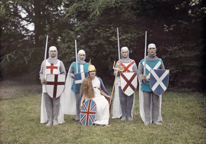 Актёры в рыцарских нарядах на конкурсе в Британии.