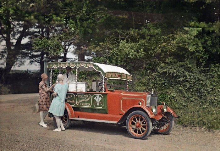 Женщины покупают мороженое Kelly's (производят по сей день) у продавца из преобразованного в ларёк автомобиля в Корнуолле.