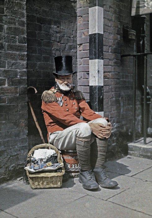 Ветеран войны продаёт спички на улице в Кентербери, графство Кент.
