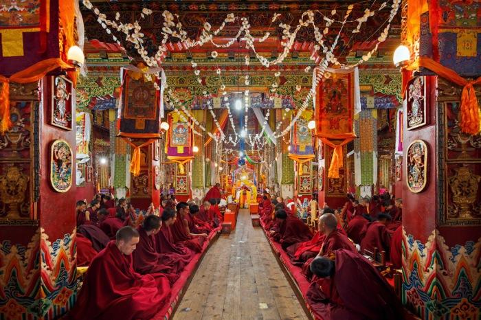 Монахи слушают и молятся в монастыре Kandze, Ганци, Китай. Автор фото: Colin Miller.