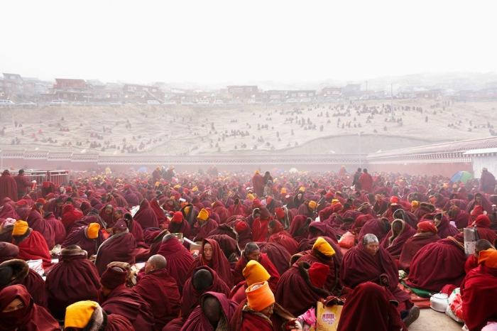 Монахи в предрассветном тумане, собравшие на фестивале Larung Gar, Седа буддийский институт. Автор фото: Colin Miller.