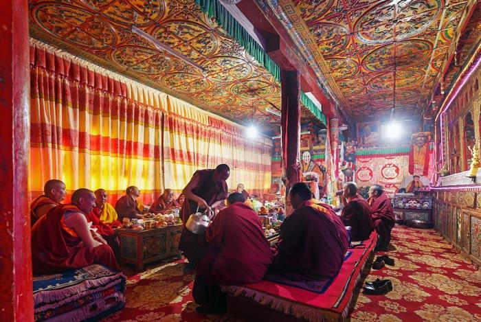 Посетителей монастыря Kandze в Ганци, Китай, традиционно встречают чаем со сладостями. Автор фото: Colin Miller.