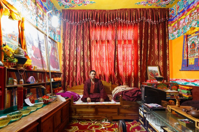 Монах в своей комнате в общежитии монастыря Golo Gompa, Китай. Автор фото: Colin Miller.