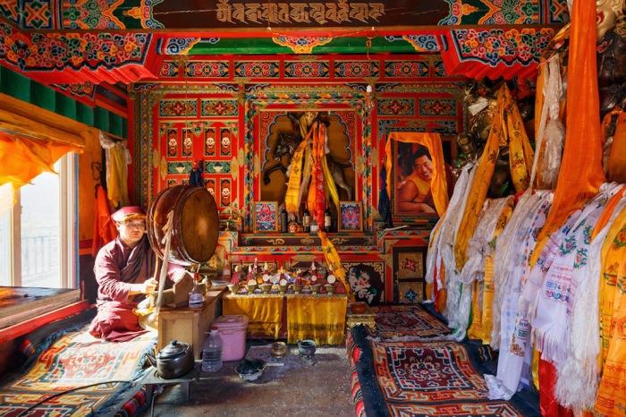 Барабанщик в монастыре Golo Gompa,  Сычуань, Китай. Автор фото: Colin Miller.