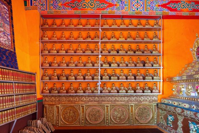 Статуи Будды в монастыре Kandze в Ганци, Китай. Автор фото: Colin Miller.