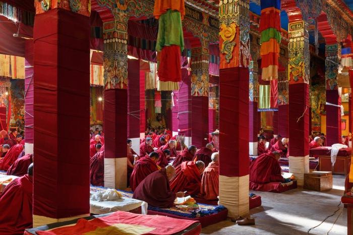 Монахи молятся  в  храме Darjay Gompa, Западная Сычуань, Китай. Автор фото: Colin Miller.