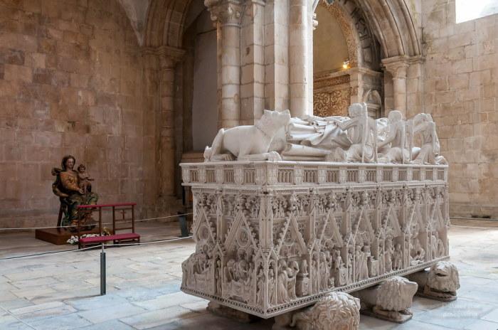 Могила Инес де Кастро - Монастырь Алькобаса. \ Фото: flickr.com.